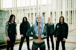 Ett av Sveriges största death metal-band Arch Enemy kommer till Sundsvall och Club Deströyer i juli. Foto: Press