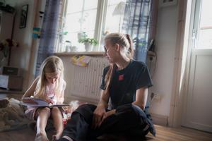 Jennifer och Stina försöker få vardagens att gå vidare efter förlusten av deras pappa.