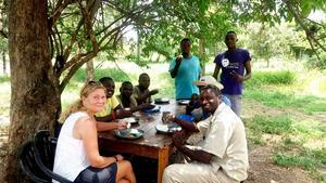Sara och hennes kollegor äter lunch tillsammans.