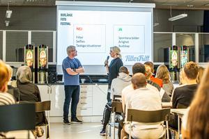 Henrik Hansson och Lena Lagestam från Föreningen Borlänge Bildfestival gav ungdomarna inspiration och berättade spelregler inför höstens projekt