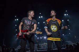 Peter Johansson i Rock of Ages-utstyrsel och Bruno Mitsogiannis i signerad Brynäs IF-tröja under sista akten.