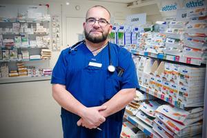 Veterinären Patricio Rivera på Vettris i Sundsvall.