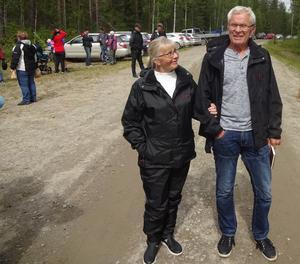 Karin Wallenström och Kenneth Sahlén Nyliden på väg hem från kvarnfesten. Foto: Kjell Larsson.