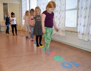 Lektionen i dansmatte inleds med en promenad på tallinjen, från vänster: Melvin Hampgård, Raseil Alyousef, Thelma Åkerström, Moa Thurin Selldén, Ella Örtlund och Molly Annbjer.