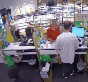 Kvinnan besöker apoteket  Ica Maxi i Moraberg och lurar till sig mediciner.