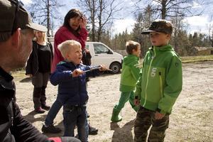 Den kände jägaren och skytten Jocke Smålänning (t.v.) var en stor hit även bland de minsta besökarna som såg fram emot hans skytteshow senare på dagen. Här pratar han med Elmer Eliasson (mitten) och Allan Nordstrand (t.h.).
