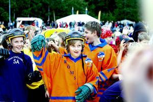 Otto Mellberg och hans klasspolare från Strömsbro skolas 5A värmde upp med Friskis&Svettis iklädda full hockeymundering.