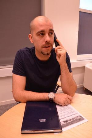 Stödlinje. Anders Johansson är en av de som lyssnar och svarar på kommunens nya stödlinje för psykisk hälsa.