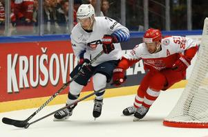 Nielsen i en duell med USA-spelaren Derek Ryan. Foto: Petr David Josek/AP/TT