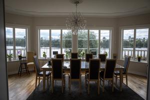 Intill vardagsrummet är en stor matsa med utsikt ut mot älven. Här håller Wahlgrens middagar ofta och gärna.