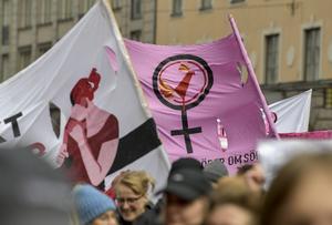 Demonstrationståg genom centrala Stockholm med anledning av den internationella kvinnodagen.