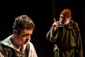 Romeo (Markus Johansson) tar emot  bannor av fader Laurence (Dick Olofsson).