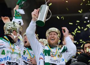 Stefan Erixon lyfter bucklan efter SM-guldet med Hammarby på Friends Arena 2013. FOTO: Anders Wiklund/SCANPIX