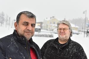 Isa Bozdogan och Göran Della Bylon med Järnvägskiosken i stormen i bakgrunden.