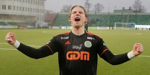 William Eskelinen jublar efter tre poäng mot Malmö FF. Bild: TT.