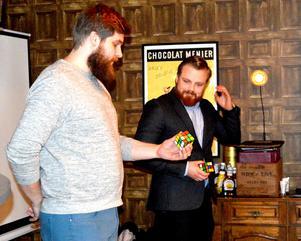 Hotellägaren Helmer Hallklint fick assistera magikern Pontus Lindman i ett nummer med Rubiks kub.