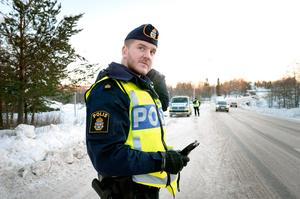 Polisassistent Timmy Karlsson checkar om bilisterna i Kramfors är nyktra och har körkort.