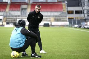 Anton Kralj i samspråk med ÖSK-tränaren Axel Kjäll efter en träning på Behrn arena.