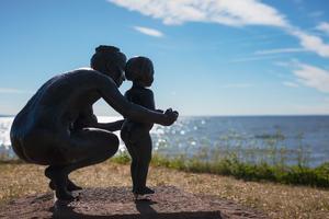 Bronsskulpturen Premiär av Torsten Fridh, här utställd vid Hjo blickande över Vättern.  En sjö där Försvarsmaktens verksamhet sprider giftiga ämnen i. Foto: Mårten Bergkvist