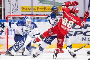 Oskar Svanlund får en smäll av Leksands Hugo Enock. Foto: Daniel Eriksson/Bildbyrån