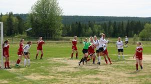 På torsdag är det dags för damderby på Vemvalla. Bild från förra sommarens möte då H/V vann med 3-1 över Sveg.