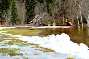 För några år sedan låg hela lekplatsen i Säterdalen under vatten. Nu rinner det undan i snabb takt.