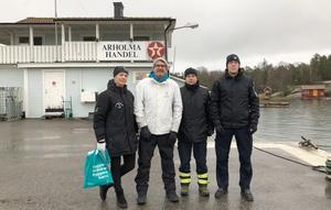 Charlotte Schwieler och Bo Hamrin från trygg i Norrtälje samt  Lars Bergsten och Isak Herlowsson från räddningstjänsten besökte bland annat Arholma under tisdagen. Bild: Trygg i Norrtälje