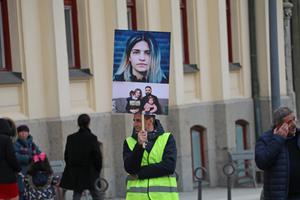 En demonstration mot  Zozan Büyüks utvisning utanför Rådhuset i Örebro.
