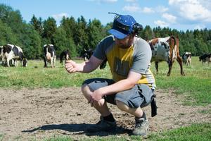 Karlsson menar att han sover oroligt på nätterna över den prekära situationen som han och många andra bönder hamnat i.