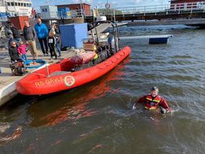 Flera av Gävles sjöräddare hoppade i havet gång efter gång för att bli upprullade ombord i Rescue Thomas Stenberg med båtens räddningsnät.