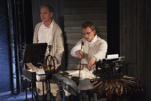 Musikern Jakob Norin har byggt speldosan och flaskorgeln tillsammans med Dalateaterns snickare. Skådespelaren Yngve Sundén hjälper till att veva speldosan.