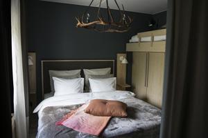Bredvid den stora sängen har det byggts en extrasäng på garderoben.