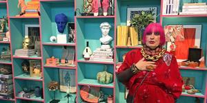 70-talets designikon Zandra Rhodes färgstarka inredning och design är inne igen. På Formex fanns hon och en replika av hennes penthouse i London.