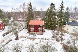 Yrkesfastighet med möjligheter – för den stora familjen. Huset består av tre lägenheter. Foto: HusmanHagberg.