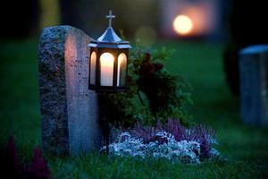 Bibi Häggström vill att det ska tändas ljus på hennes föräldrars grav fler helger än bara allhelgonahelgen. Som det var förr.