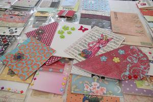 Linnea Petterssons presentkort är eftertraktade. Hon hade 350 kort med sig som hon har designat och det finns bara ett av varje.