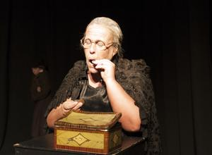 Annika Hedlund spelar den snikna Miss Ebbaneze Scrooge.
