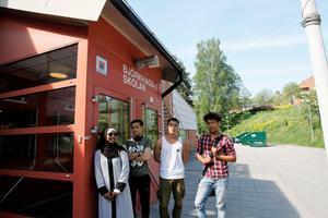 Den 14 juni är det skolavslutningen för de studerande på Björkhagsskolan. Från vänster står Fadoma Nasir från Somalia. Hon har fått svenskt medborgarskap och är orolig för hennes skolkamrater.Fawad Mohammadi, Ali Jafari, och Mohammad Rezaee.