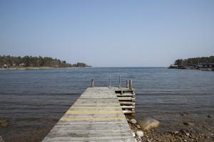Bryggan som leder ut till ett dopp i det blå. Bild: Julia Pettersson