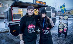 Ägarna Alex Yousef Nana Yousef vid sin matvagn Angels on road på mattorget vid Lidl i Härnösand.