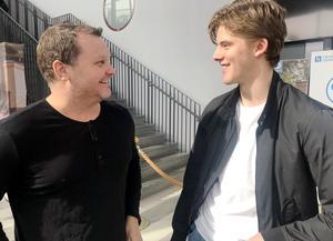 Brynäs tränare Magnus Sundquist och nygamle målvakt Samuel Ersson i samspråk.