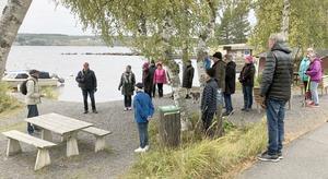 Ett 20-tal Lugnviksbor samlades vid Semså brygga, där historiepromenaden började. Foto: Eva-Britt Borg-Björnström