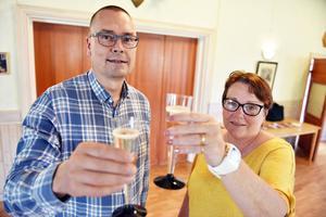 Mikael Thalin, kommunalråd, och Anneli Eriksson, trafikingenjör, skålade när projektet lanserades i Skattungbyn.
