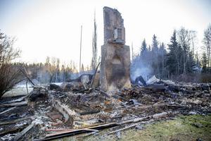 Bara murstocken återstår av huset efter branden i måndags kväll.