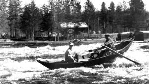 Bilden här föreställer en forsfärd i Härjeån 1961. Den värsta flottningsolyckan i Sverige inträffade  på Ormsjön, Dorotea, när en överlastad flottarbåt kapsejsade och 14 män förlorade livet.