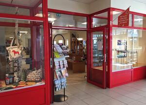 Under juni och juli klev 6 000 besökare in på turistbyrån i Djurås.  I shopen finns också ett stort antal souvenirer - dels de med allmän dalaanknytning, dels produkter specifikt knutna till Gagnef.