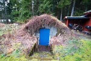 Bakom Dalmans gamla torp i Trättsbo finns den gamla jordkällaren kvar.
