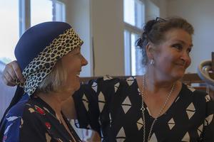 Elsie Silver från Sundbyberg får hjälp att hitta lämpligt tyg till sin hatt av läraren Kerstin Carlefalk.