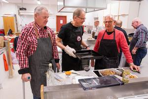 Tore Vretman, förlåt Lars Ahlm till vänster ska det vara, samråder om kvällens mat med Mats Hogby och Kjell Enström.