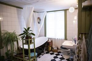 Badrummet är ovanligt stort och byggd i en tidigare kammare. Här går väggar och detaljer i grönt medan golvet går i svart-vit retro.